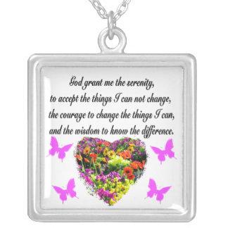 かわいらしい紫色の野生花の平静の祈りの言葉の写真 シルバープレートネックレス