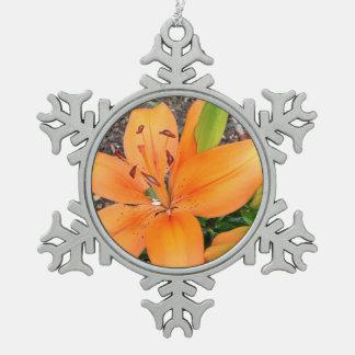 かわいらしい花のオレンジワスレグサの雪片のオーナメント スノーフレークピューターオーナメント