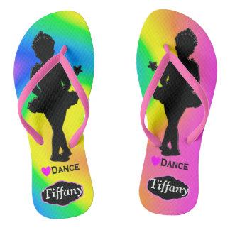 かわいらしい虹の名前入りなダンサーの女の子のビーチサンダル ビーチサンダル