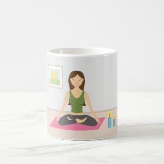 かわいらしい部屋のヨガをしているかわいい女の子 コーヒーマグカップ