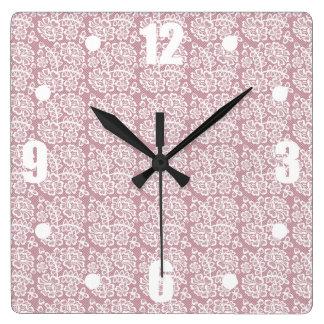 かわいらしいDuskyピンクの白いレースパターン スクエア壁時計