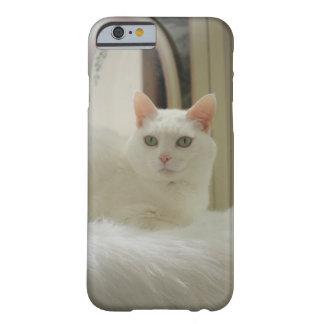 かわいらしく白い猫 BARELY THERE iPhone 6 ケース