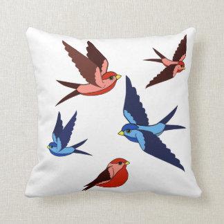 かわいらしく青か赤い鳥、飛行、モデル、野生の鳥 クッション