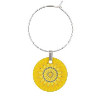 かわいらしく黄色い夏のデイジーの花の曼荼羅の円 ワインチャーム