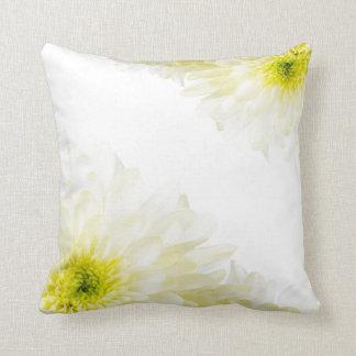 かわいらしく黄色および白い花 クッション