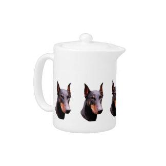かわいらしく黒い(犬)ドーベルマン・ピンシェルの顔