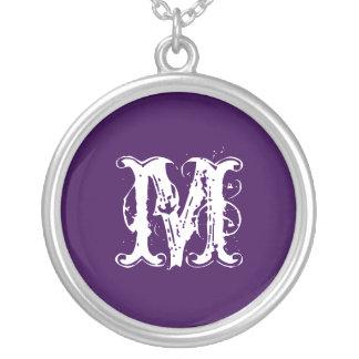 かわいらしく、素朴でカスタムな紫色のイニシャル シルバープレートネックレス