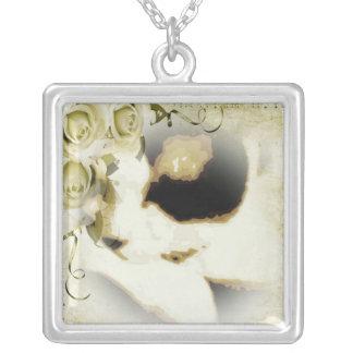かんじきの金バラの子猫 シルバープレートネックレス