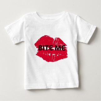 かんで下さい私を… 熱い唇のプリント ベビーTシャツ