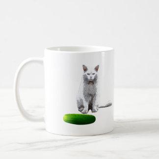 きゅうりを持つ猫をおびえさせて下さい コーヒーマグカップ
