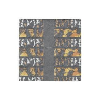 きらきら光るなホワイトゴールドのチータ ストーンマグネット