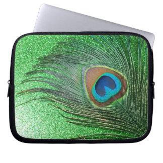 きらびやかな緑の孔雀の羽の静物画 ラップトップスリーブ