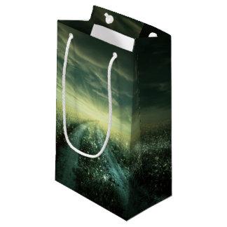 きらめくな日の出の間の露によって満たされる分野 スモールペーパーバッグ