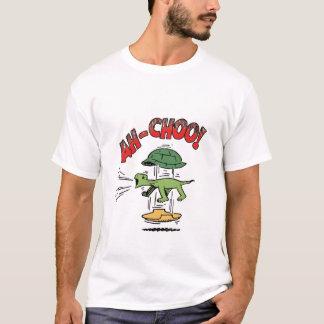 くしゃみをするカメのTシャツ Tシャツ