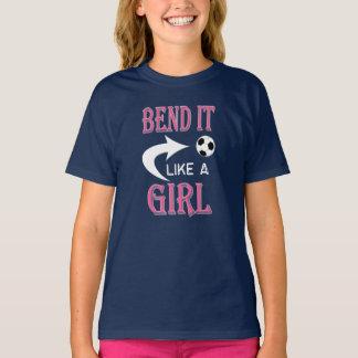くねりそれは女の子のサッカーボールの女の子のサッカーを好みます Tシャツ