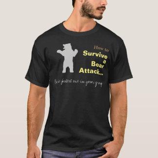 くまの攻撃のおもしろTシャツを生き延びる方法 Tシャツ