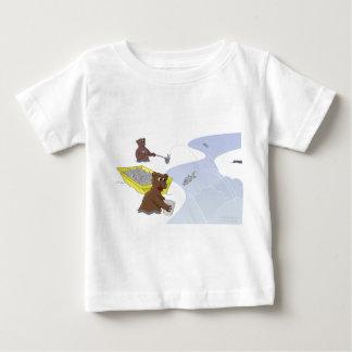 くま-跳躍のサーモンピンクのTシャツ--を採取します ベビーTシャツ