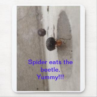 くもはカブトムシを食べます マウスパッド