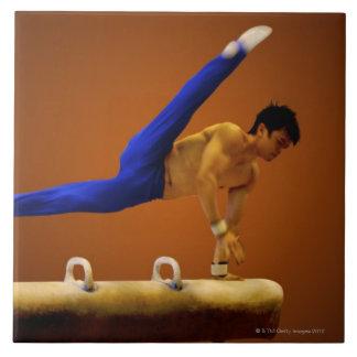 くら頭の若者の練習の体操 タイル