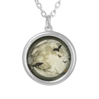 こうもりはハロウィンの満月の前にカラスを坐ります飛ばします シルバープレートネックレス