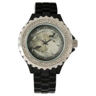 こうもりはハロウィンの満月の前にカラスを坐ります飛ばします 腕時計