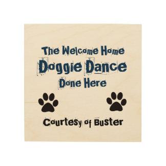 ここにできている歓迎された家の小犬のダンス ウッドウォールアート