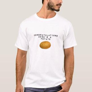 ここのお祝いはポテトです Tシャツ