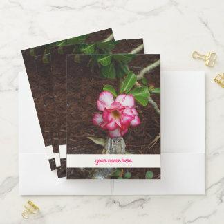 """ここの熱帯ピンクの花および""""あなたの名前"""" ポケットフォルダー"""