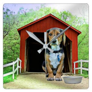こっけいなサンディの入り江の屋根付橋の犬小屋 スクエア壁時計