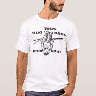 ことしかめ面の逆さまのチンパンジーのTシャツ回して下さい Tシャツ