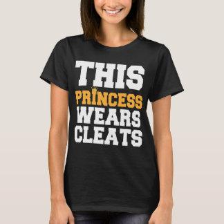 このプリンセスはクリートのサッカーのソフトボールを身に着けています Tシャツ