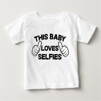 このベビーはSelfiesを愛します ベビーTシャツ