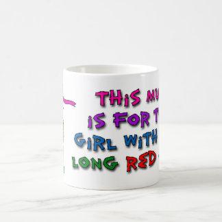 このマグは長く赤い毛を搭載する女の子のためです コーヒーマグカップ