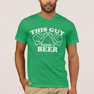 この人はビールを必要とします Tシャツ