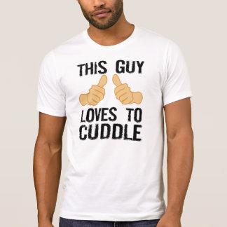 この人は抱きしめることを愛します Tシャツ