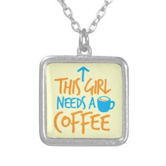この女の子はコーヒーを必要とします! カフェインの燃料のデザイン シルバープレートネックレス