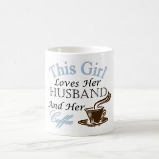 この女の子は彼女の夫および彼女のコーヒーを愛します コーヒーマグカップ