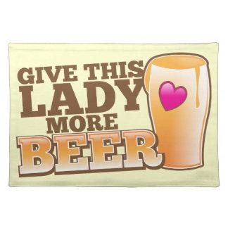 この女性により多くのビールを与えて下さい! ランチョンマット