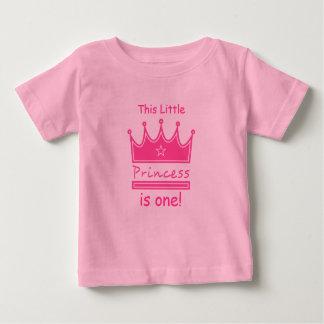 この小さい王女は1才、最初誕生日です ベビーTシャツ