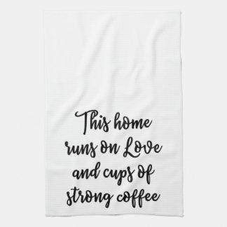 この強いコーヒーの愛そしてコップでホームラン キッチンタオル