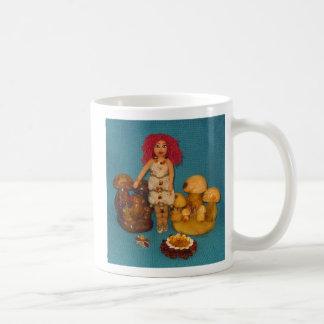 こはく色の妖精の国の人形 コーヒーマグカップ