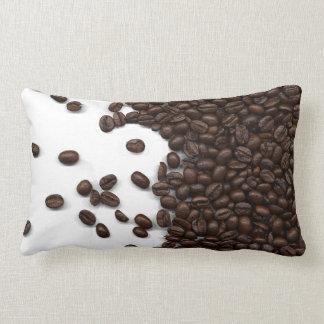 こぼされたコーヒー豆 ランバークッション