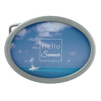 こんにちは夏の青いカリブ海のビーチのタイポグラフィ 卵形バックル