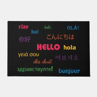 こんにちは多くの言語カラフルなピンクの青で ドアマット