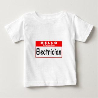 こんにちは、私は電気技師の…名札です ベビーTシャツ