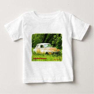 ごまかしのがらくた部品置き場車 ベビーTシャツ