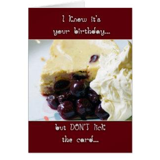 さくらんぼおよびKirschのチーズケーキのバースデー・カード-ユーモア カード