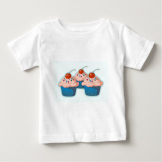 さくらんぼが付いている3つのピンクのカップケーキ ベビーTシャツ