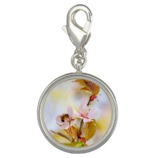 さくらんぼの花の蜂 チャーム