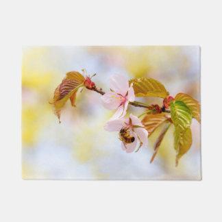 さくらんぼの花の蜂 ドアマット